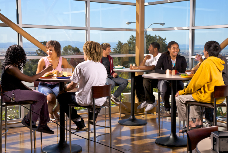 Image of students eating at the Dinning Commons.